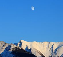 Moon over Rockies by zumi