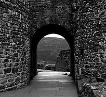 Through the Arch.Urquhart Castle by tunna