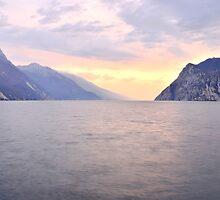 I colori pastello sera sul lago by Martina Fagan