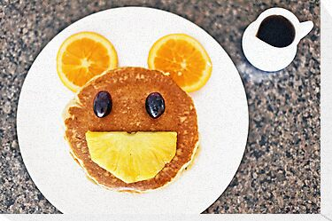 Happy Mouse pancakes with fresh fruit by ieatstars