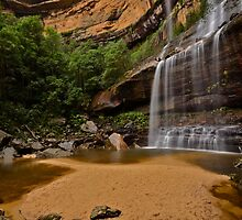 Jamison Valley Waterfall. by Warren  Patten