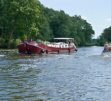 Dutch barge approaching Mapledurham lock  by Jim Hellier