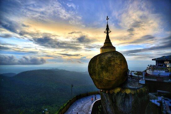 pagoda, gold and preys by julienpons31
