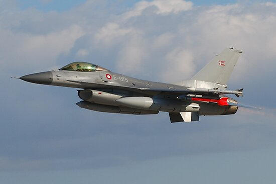 F16 fighter jet by Jose Saraiva
