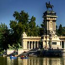 Monument in Buen Retiro Park by Tom Gomez