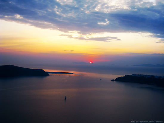 Sunset in Santorini Bay (Greece) by vivendulies