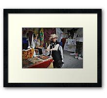 Dama   de sombrero  en su stand........ Framed Print