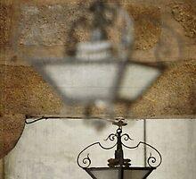 Baixo os soportais das rúas de Compostela by rentedochan