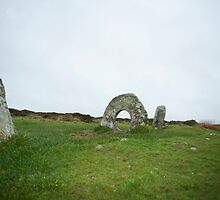 Men-an-tol monument Cornwall by photoeverywhere