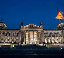 reichstag at night by photoeverywhere