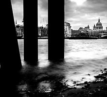 Beached On The Thames by Pixelglo Photography