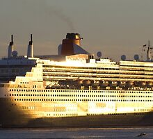 Queen Mary 2 by threewisefrogs
