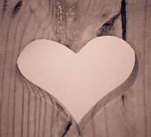 heart carved in wood by spetenfia