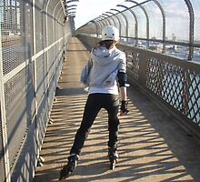 Girl rollerblading / inline skating across the Sydney Harbour Bridge - rollerbladingsydney.com by rollerblading