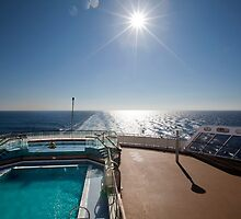 QM2 at sea by SpikeFlutie