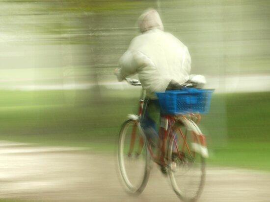 Biking in the rain by Arve Bettum