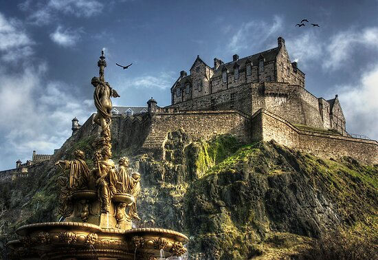 Edinburgh Castle by Linda  Morrison