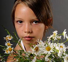 girl and daisies by fotomagique