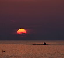 Una palla di fuoco all'orizzonte  by Andrea Rapisarda