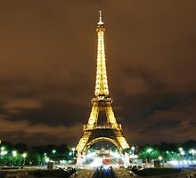 The Eiffel Tower at night by Daniel Knox