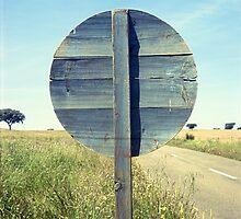 Old road wood sign -Vieja señal de tráfico- by Rafael López