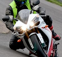 Yamaha R1 knee on the deck by Martyn Franklin