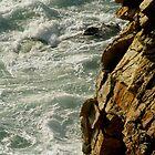 tumulte de de la mer sur la falaise by seccotine